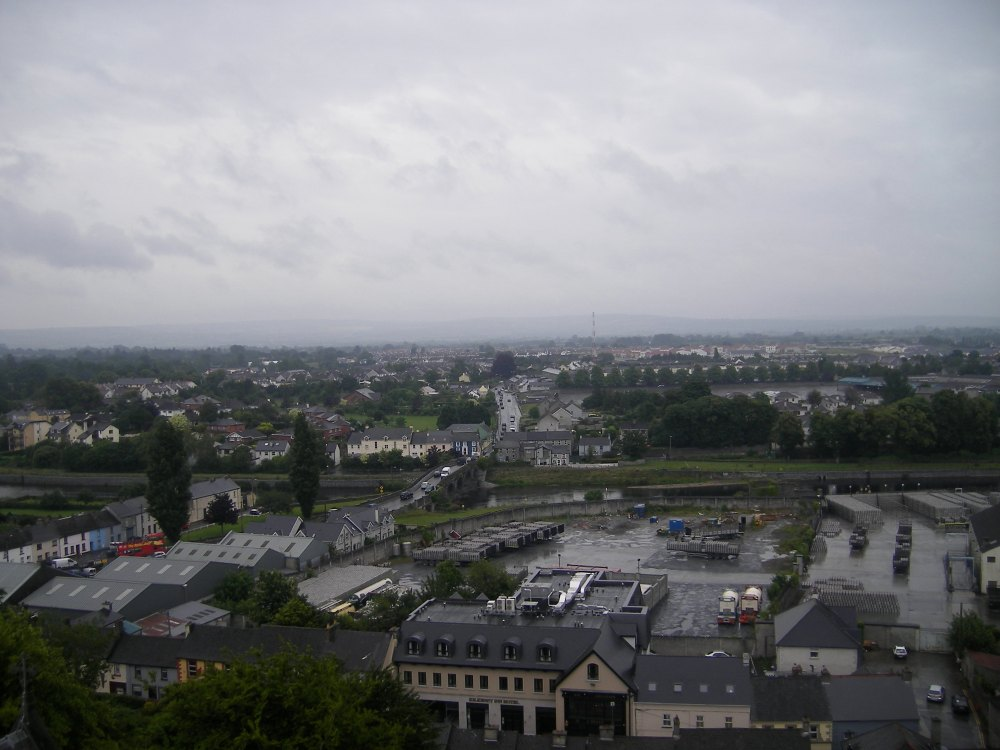 Vue sur kilkenny depuis la tour ronde (rivière)