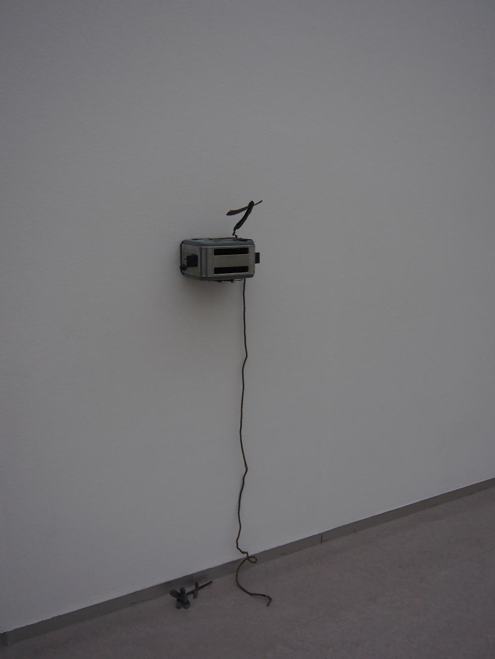 plastique, câbles électriques, aluminium, 30 x 18 x 15 cm