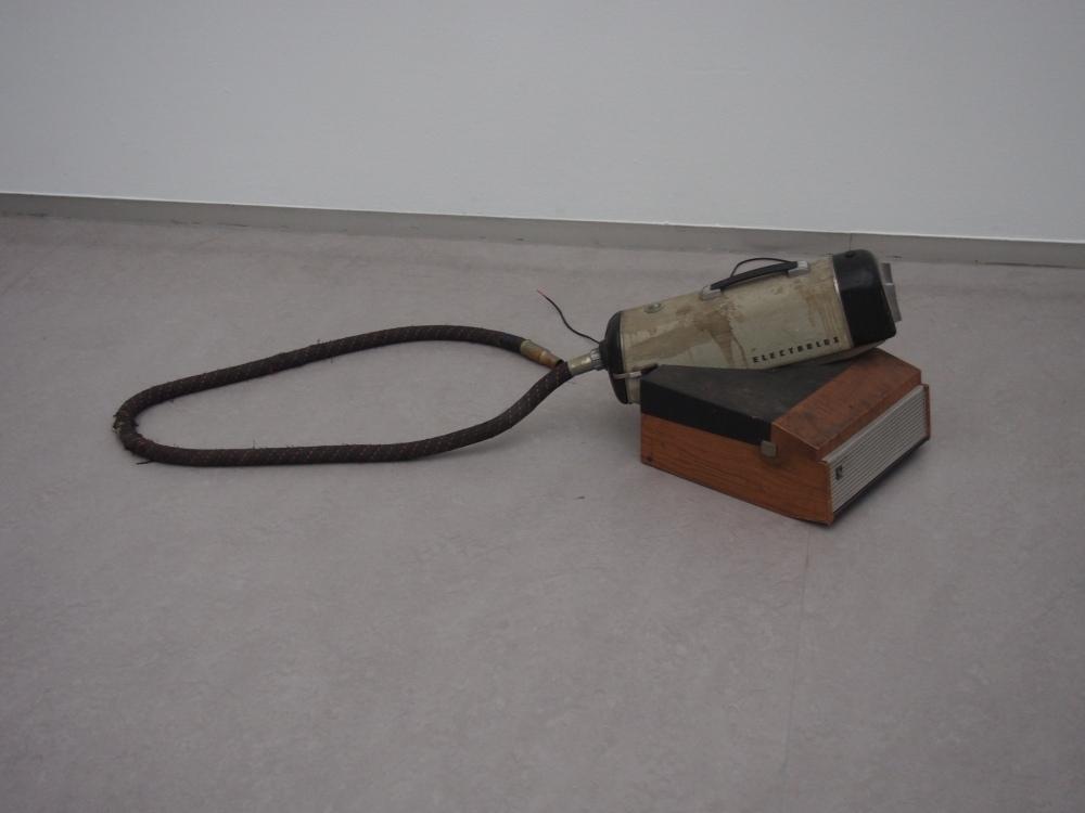 Aspirateur, tourne-disque, 40 x 50 x 60 cm