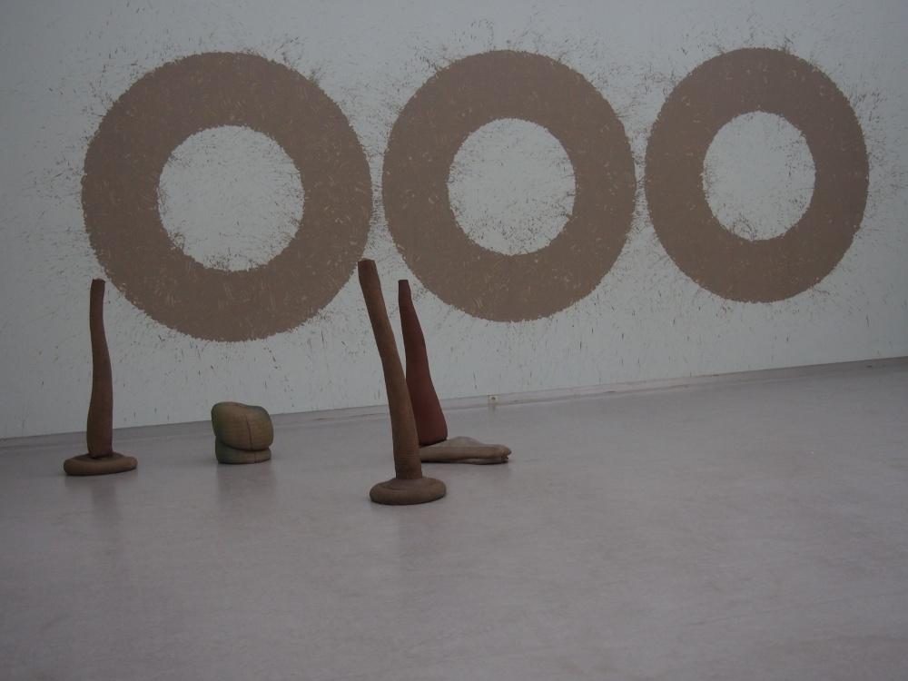 """Barry FLANAGAN et ses œuvres """"Plant 3,10,11,15"""" - 1971 (Toile de jute, sable, résine)."""