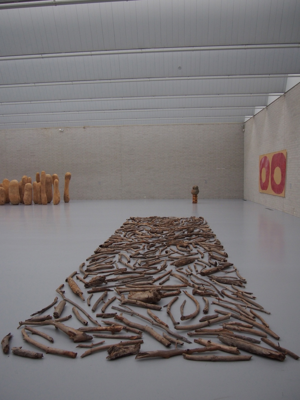 """Wood Line"" de Richard LONG - 1979 (Bois, 980 x 280 cm)."